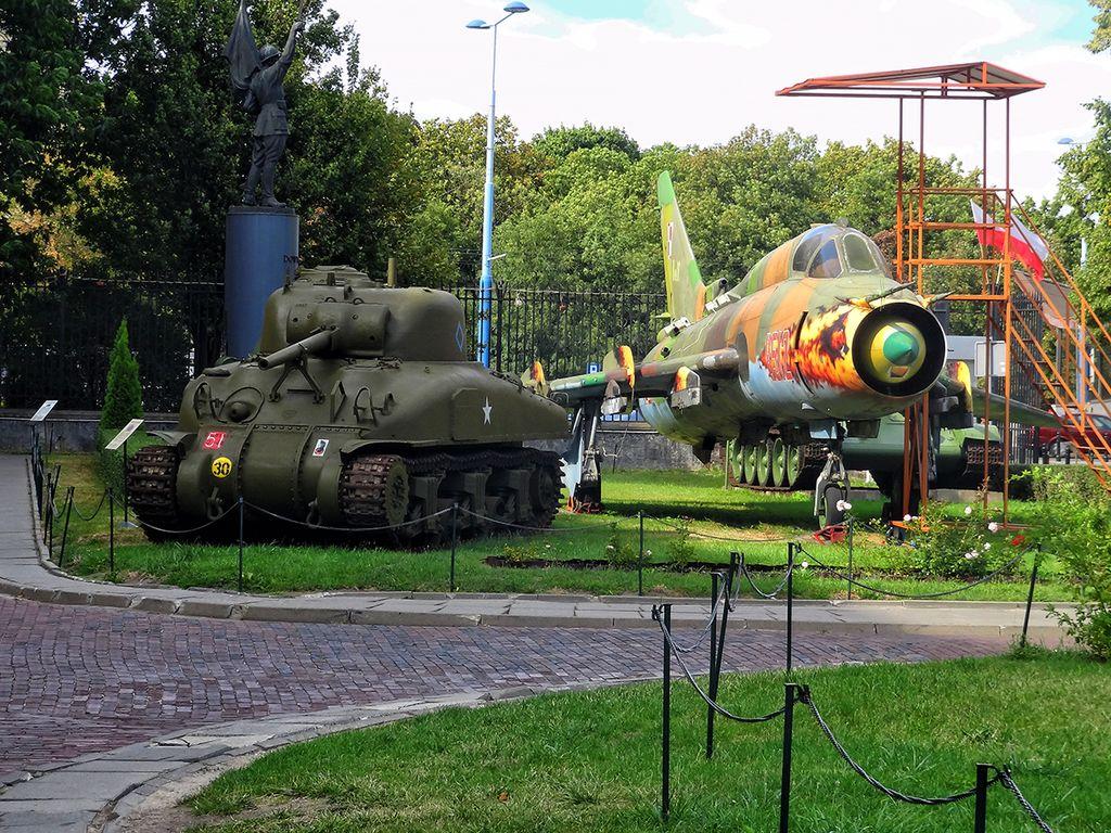 Tank et avion dans le musée de l'armée polonaise à Varsovie - Photo de Валерий Дед