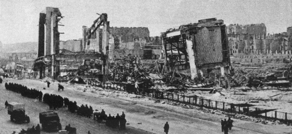 Ruines de l'ancienne gare centrale de Varsovie en 1945.