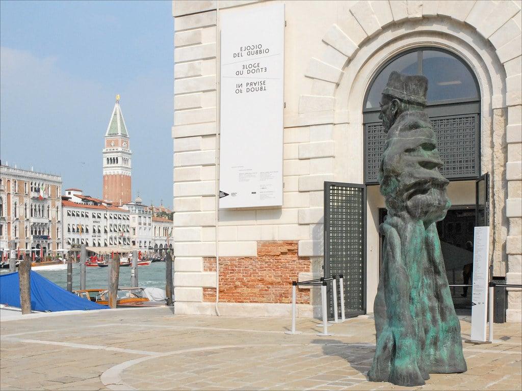 Sculpture de Vater Staat (Thomas Schütte) devant la Punta de la Dogana à Venise - Photo de Dalbera