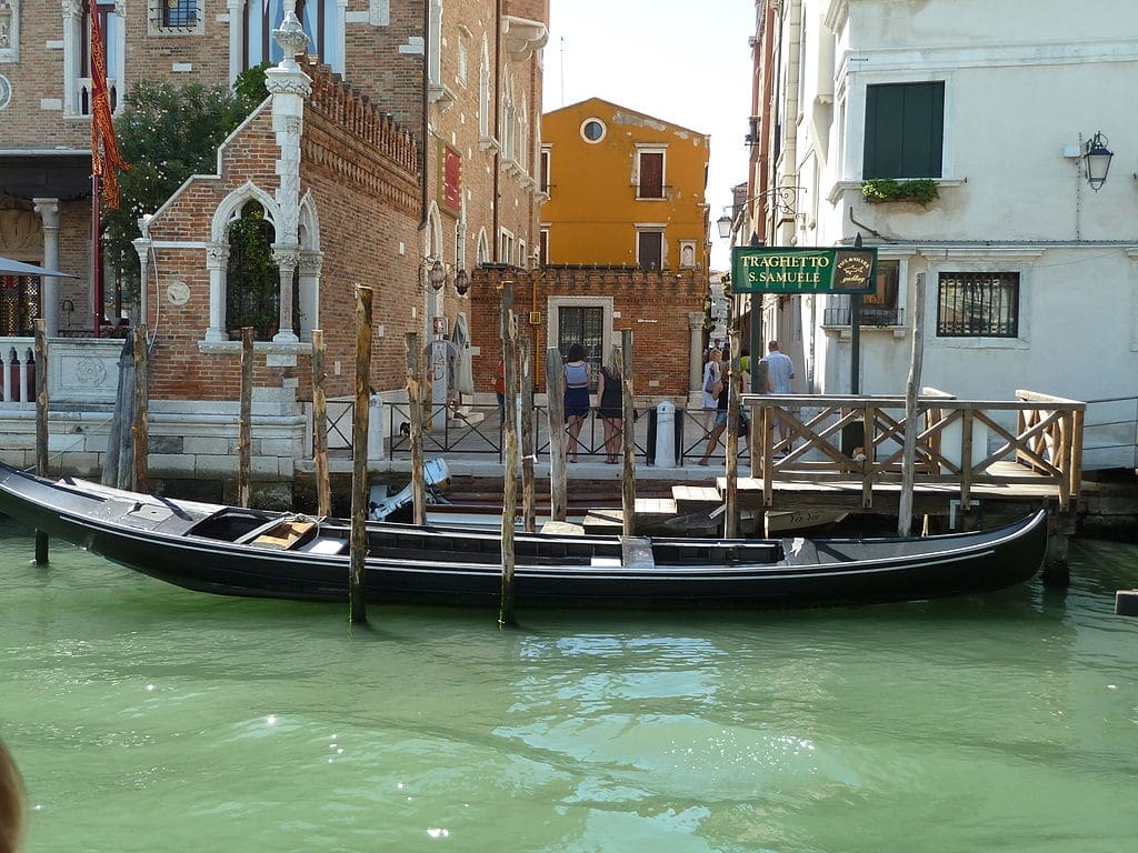 Arrêt de traghetto sur le Grand Canal de Venise - Photo d'Abxbay