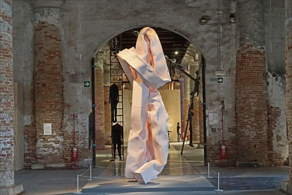 Biennale de Venise 2019 : Baigneuse, sculpture de Carol Bove - Photo de Dalbera