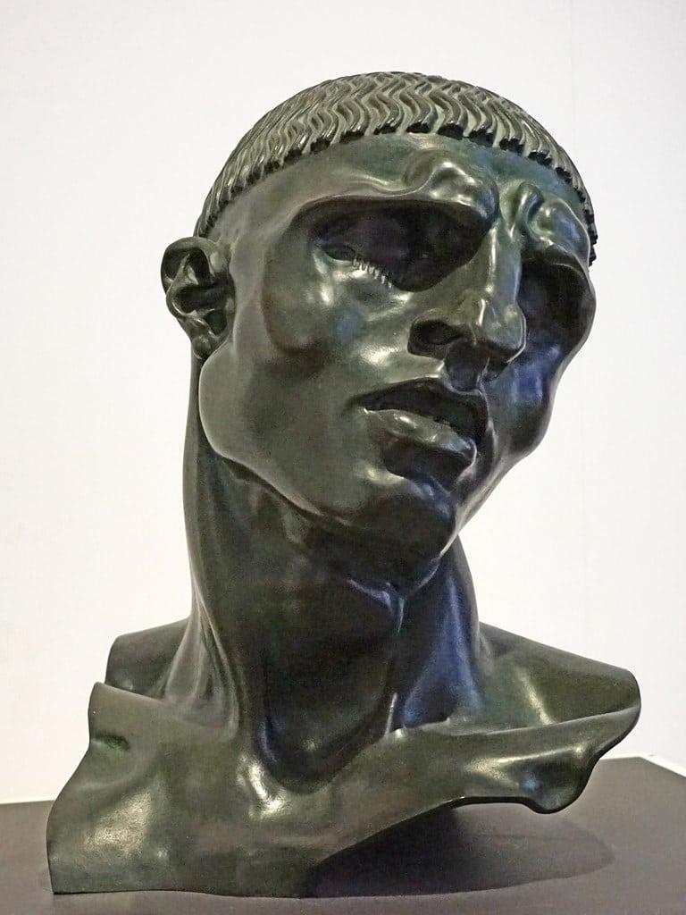 Sculpture d'un personnage antique d'Adolfo Wildt au musée d'art moderne Ca'Pesaro de Venise - Photo de Dalbera