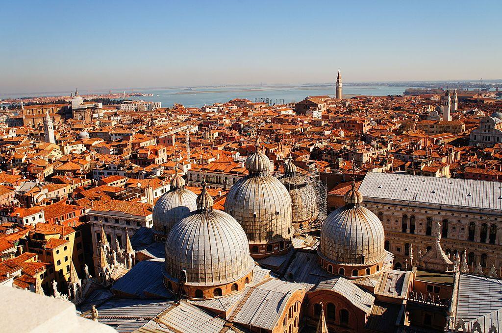 Vue sur les toits de la basilique Saint Marc à Venise depuis le Campanile de Saint Marc - Photo de Superchilum
