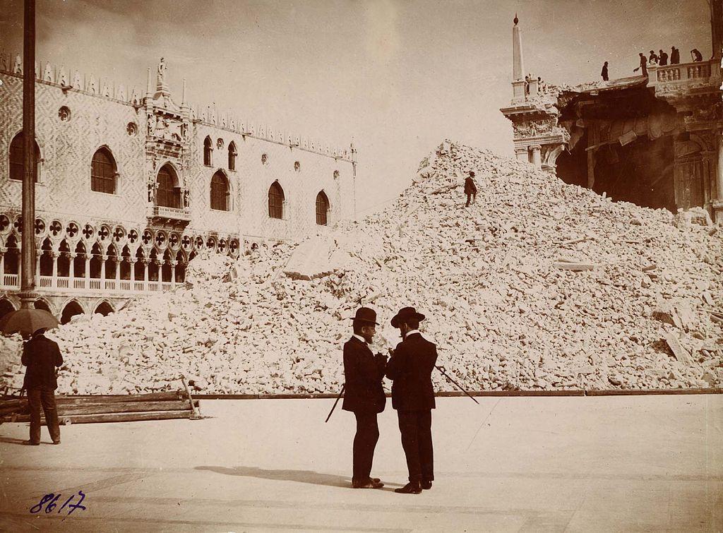 Deux gentilhommes devant le Campanile de Saint Marc à Venise en ruine.