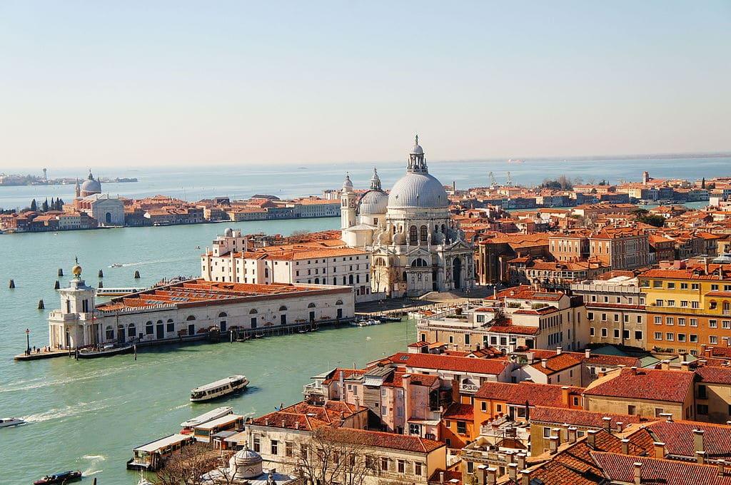 Vue sur la Basilique Santa Maria de Salute et sur l'île de Giudecca depuis le Campanile de Saint Marc à Venise - Photo de Superchilum