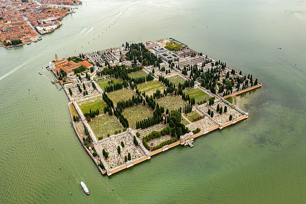 Vue aérienne du cimetière de San Michele à Venise - Photo de Kasa Fue