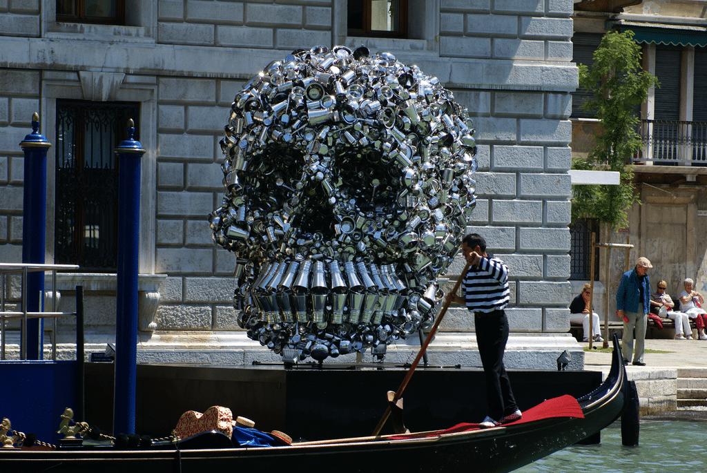 Crâne en métal, oeuvre d'art contemporain devant le Palazzo Grassi à Venise - Photo de Didier Descouens