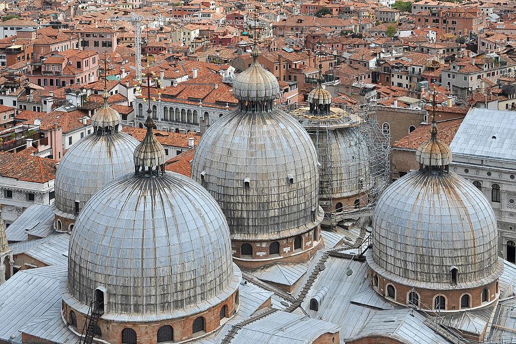 Dans le quartier San Marco à Venise : Vue depuis le Campanile sur le toit de la basilique Saint Marc.