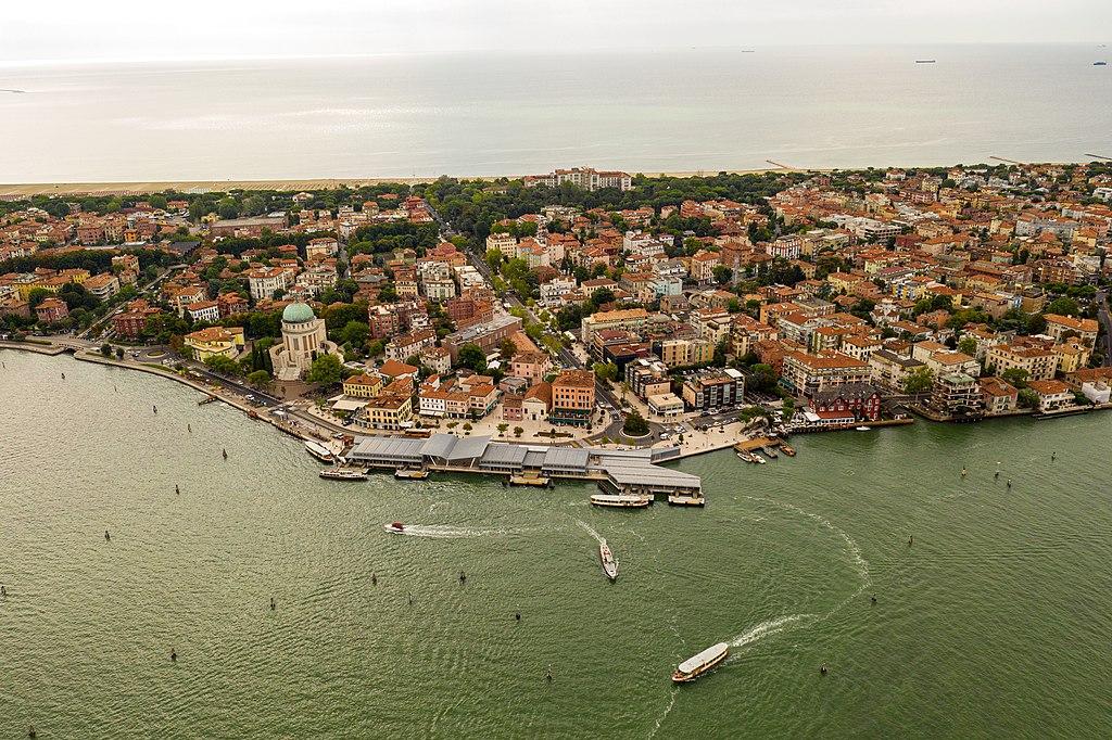 Vue aérienne du Lido à Venise. Au premier plan la lagune, en arrière plan, la mer Adriatique - Photo de Kasa Fue.