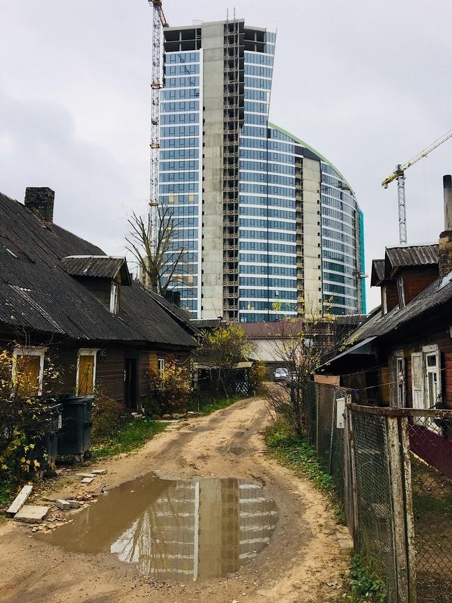 Contraste dans le quartier de Šnipiškės à Vilnius.