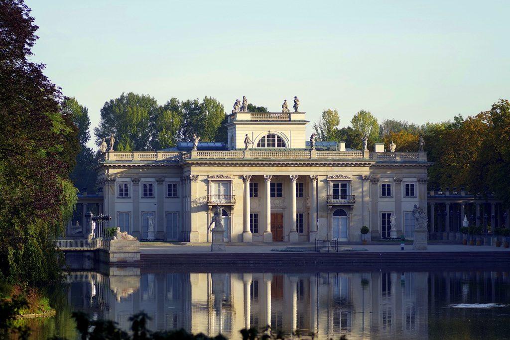 Hébergement à Varsovie et le palais sur les eaux de Lazienki.