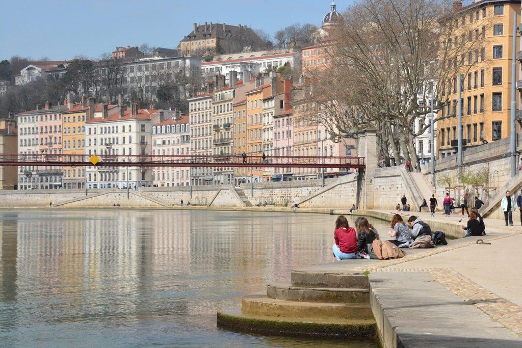 Façades colorées du quai de Saône dans le quartier des Terreaux à Lyon.